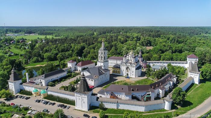 Свято-Успенский Псково-Печерский монастырь – один из самых древних и крупных  мужских монастырей в России