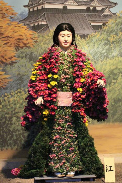 Для наряда одной куклы требуется до 200 живых цветов