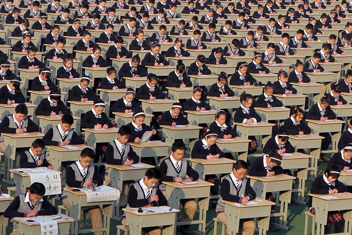На едином экзамене в Китае царят очень строгие правила. Не уложился в отведенное время – экзамен не сдал; разговаривал – результат аннулируется; пойман на списывании – пожизненный запрет на пересдачу.