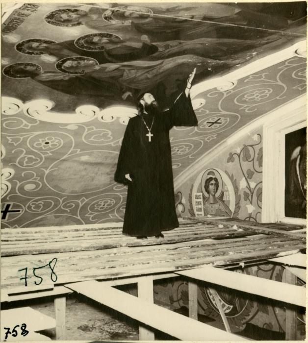 Отец Алипий сам занимался иконописью и реставрацией