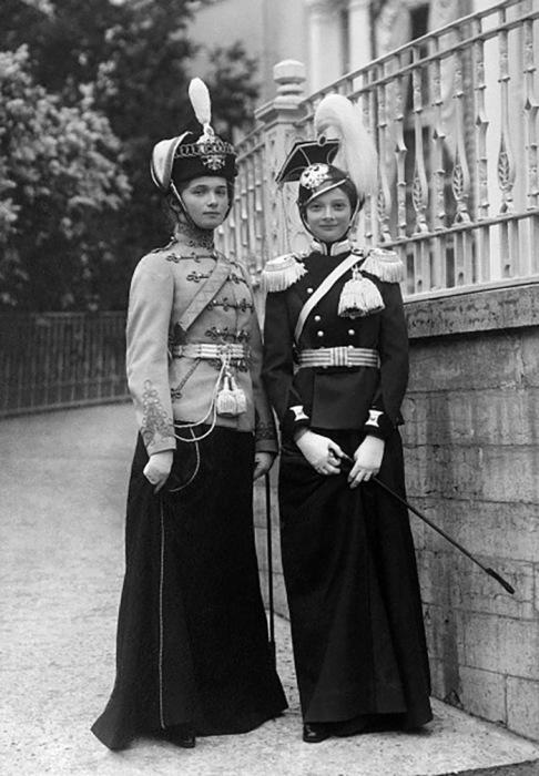 Дочери императора Николая II в форме своих подшефных полков на смотрах в Красном селе