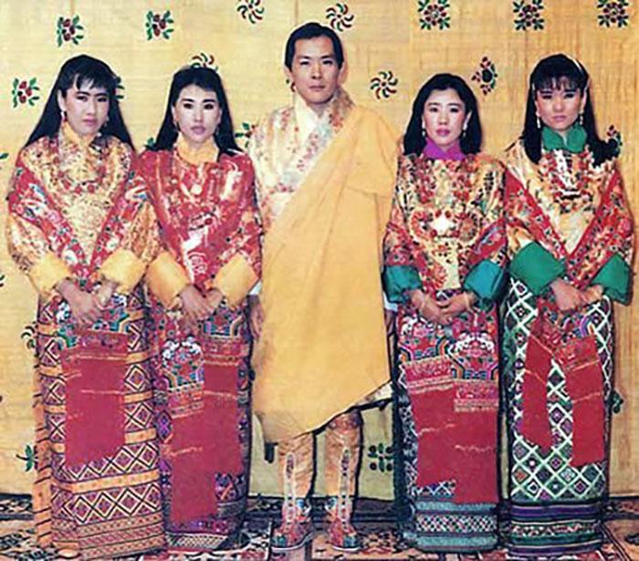 Четвёртый Король Бутана Джигме Сингье Вангчук и его четыре жены, являющиеся сестрами