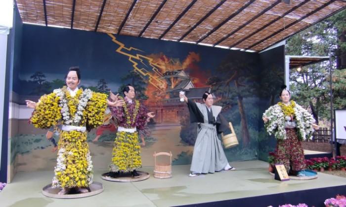 Внутри кукла  заполнена корнями и длинными стеблями, снаружи зритель видит прекрасный цветочный узор