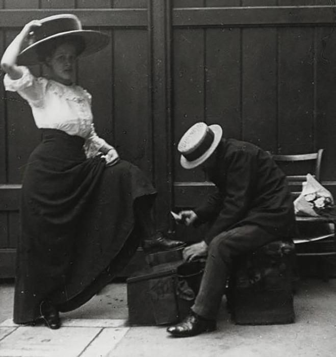 Чистка обуви на улице в начале XX века