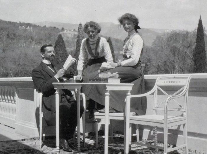 Великие княжны Ольга и Татьяна с учителем Пьером Жильяром