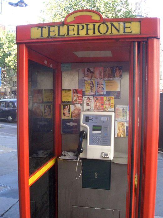 В Великобритании можно увидеть объявления о секс-услугах в телефонных будках. Несмотря на незаконность такой рекламы, она часто практикуется.