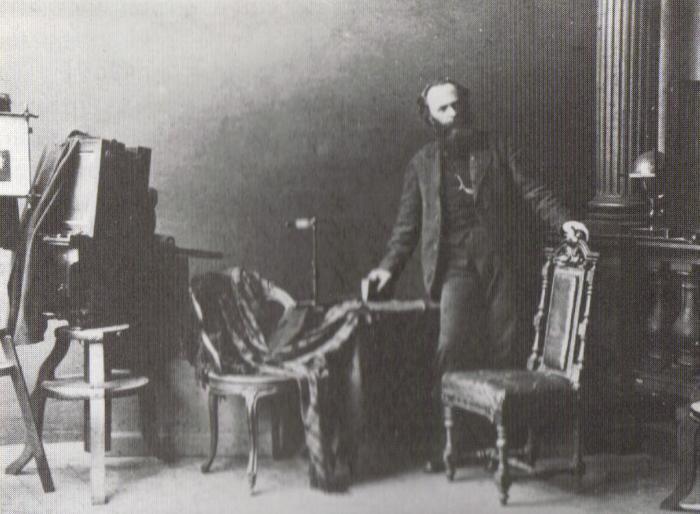 В. А. Каррик в своей студии