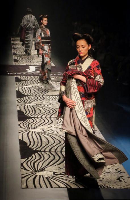 Кроится кимоно без скругленных углов – японцы считают это более экономичным, так как ткань от старых нарядов используется в хозяйстве или перешивается на детей