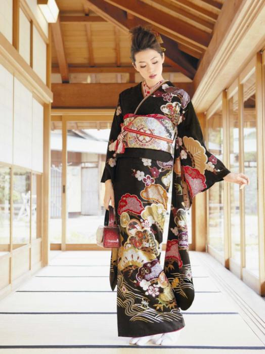 Женские кимоно не различаются по размеру, а подгоняются по фигуре с помощью складок