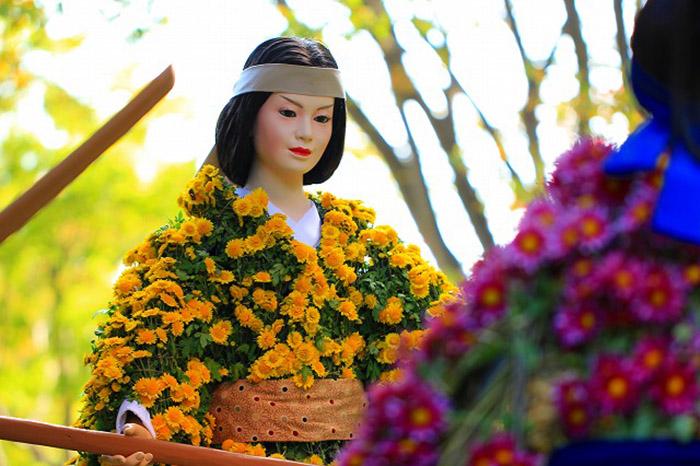 Над каждой нингё работают по очереди несколько мастеров: дизайнер (Dogu-cho), кукольник(Ningyo-shi) и «Тот, Кто Покрывает Тело Хризантемами» (Kiku-shi)