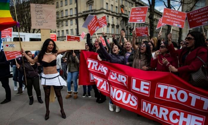 В 2011 году проститутки Парижа выходили на митинг против повышения штрафа за использование их услуг