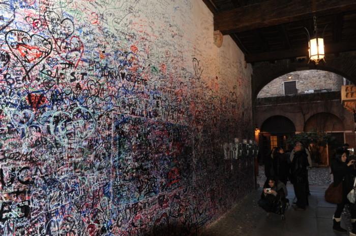 Некоторые послания или просто памятные знаки туристы оставляют прямо на старинных стенах