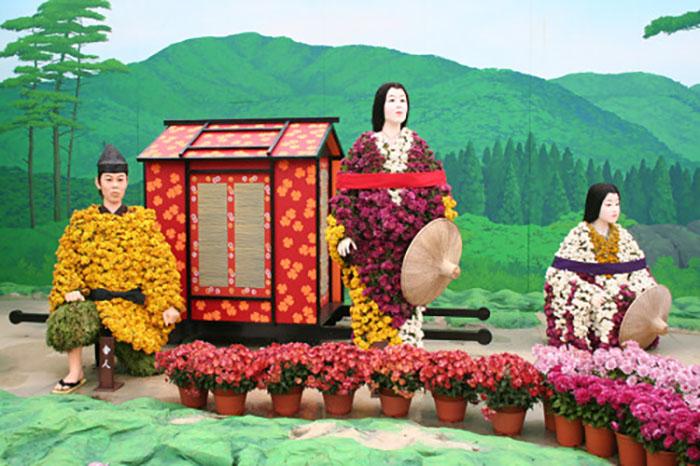 Основа для тела куклы делается из бамбуковых планок, обернутых рисовой травой