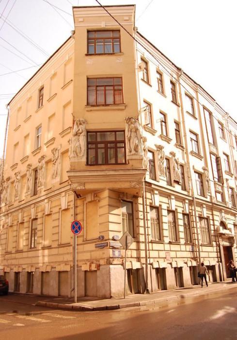 Здание со скульптурными барельефами