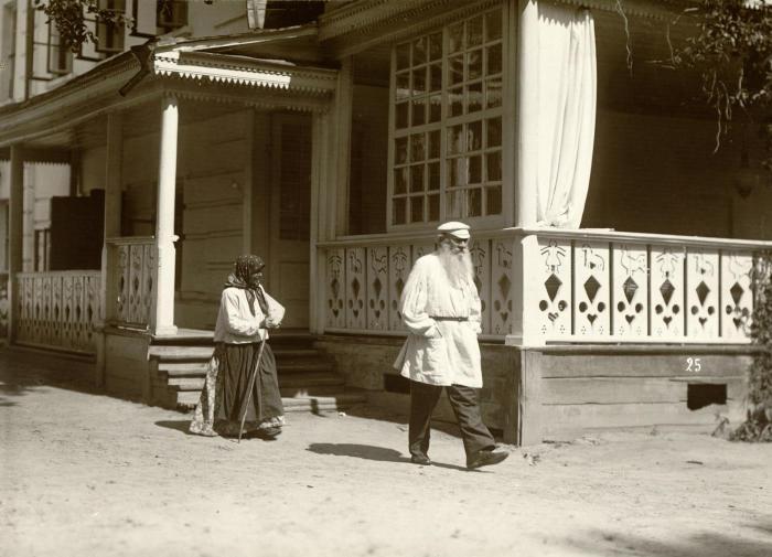 В Ясной Поляне. На обороте надпись: «Толстой преследуемый просительницей»