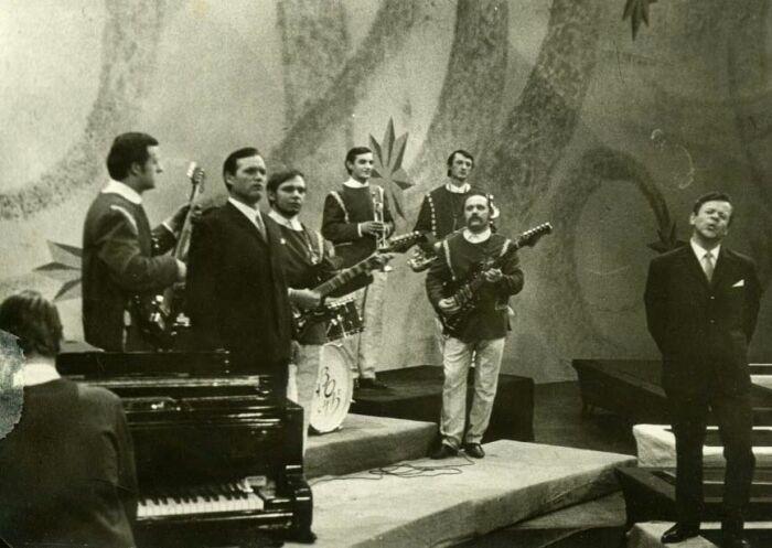 Группа «Лявоны» аккомпанирует Николаю Халезину и Степану Машинскому на Центральном телевидении в Москве, 1968 год. / Фото: www.pesnyary.com
