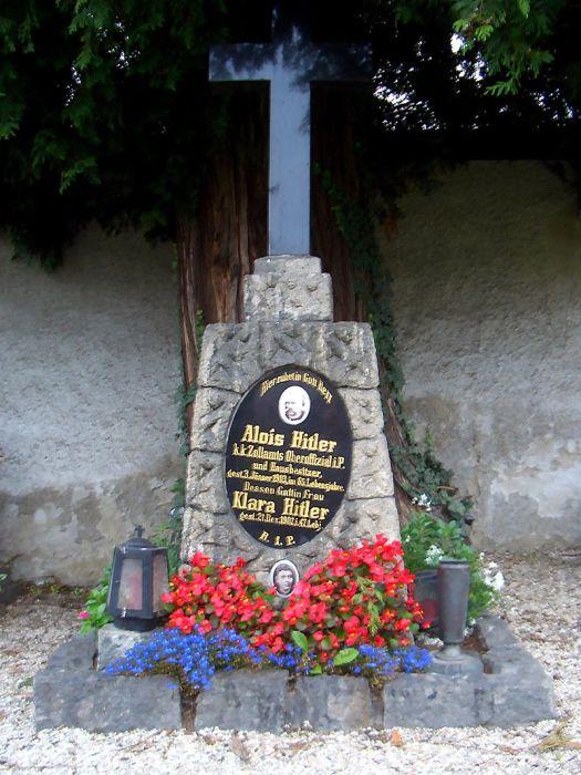 Памятник на могиле родителей Гитлера снесли в 2012 году. / Фото: www.wikimedia.org