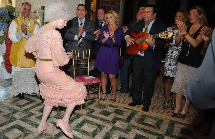Каэтана Альба отплясывает фламенко на своей третьей свадьбе. / Фото: www.hellomagazine.com