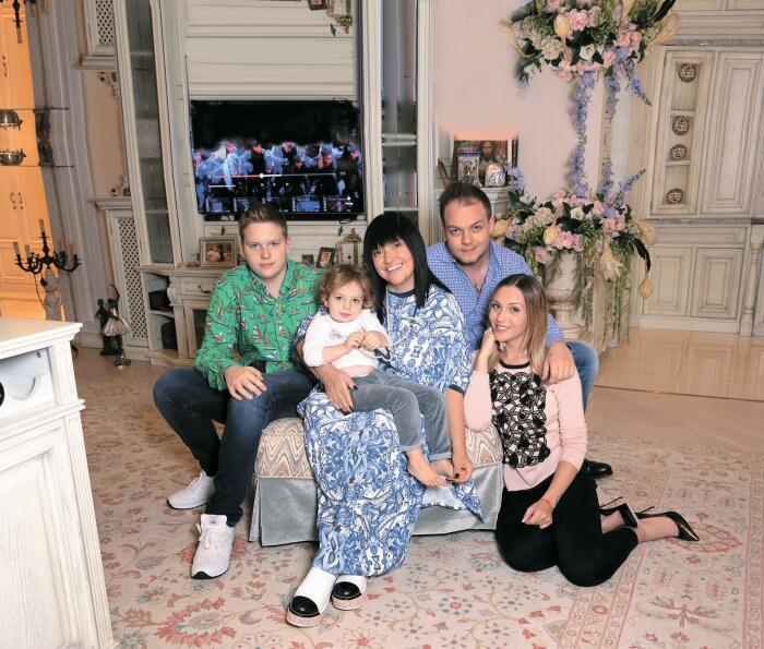 Алла Духова с сыновьями, невесткой и внучкой. / Фото: www.sprint-olympic.ru