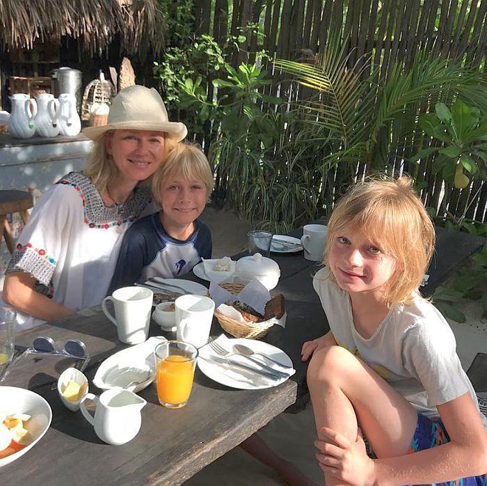 Наоми Уотс с сыновьями (Александр рядом с мамой). / Фото: www.galuxsee.com