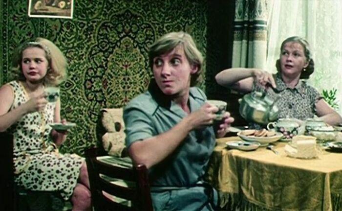Кадр из фильма «Одиноким предоставляется общежитие». / Фото: www.in-w.ru