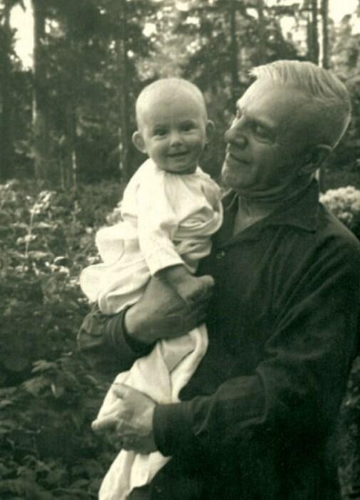 Василий Казаков с дочерью Тамарой. / Фото: www.marshalkazakov.ru