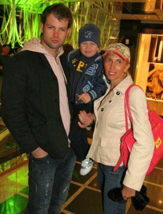 Алёна Свиридова и Дмитрий Мирошниченко с сыном. / Фото: www.topavenue.ru