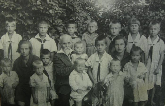 Василий Ершов с воспитанниками. / Фото: www.educaltai.ru