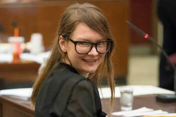 Даже в зале суда она не теряла оптимизма и тщательно подбирала наряды. / Фото: www.nypost.com