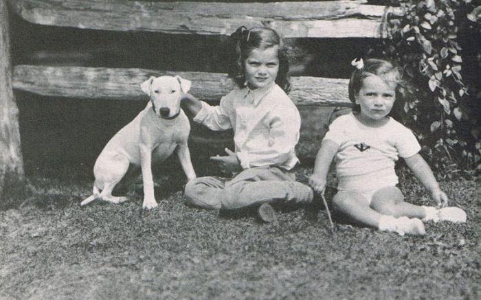 Ли Радзивилл и Жаклин Кеннеди в детстве. / Фото: www.blogspot.com