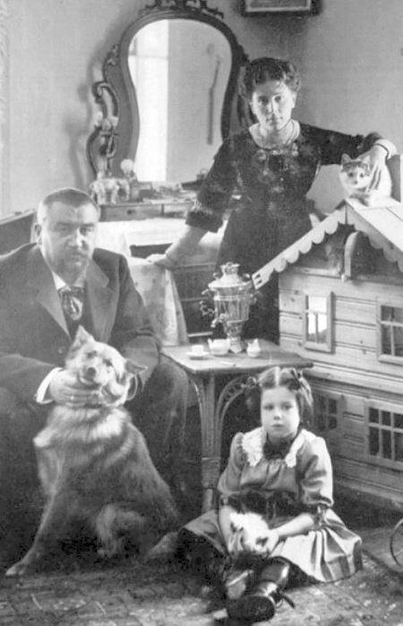 Александр Куприн с женой Елизаветой Гейнрих и дочерью Ксенией. / Фото: www.historyrussia.org