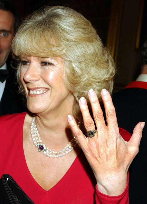 Камилла Паркер и её помолвочное кольцо. / Фото: www.cloudfront.net