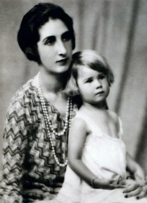 Каэтана Альба в детстве с мамой. / Фото: www.que.es