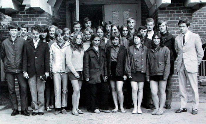 Ангела Меркель (второй ряд посередине) с одноклассниками из Политехнической средней школы в Темплине. / Фото: www.www.spiegel.de