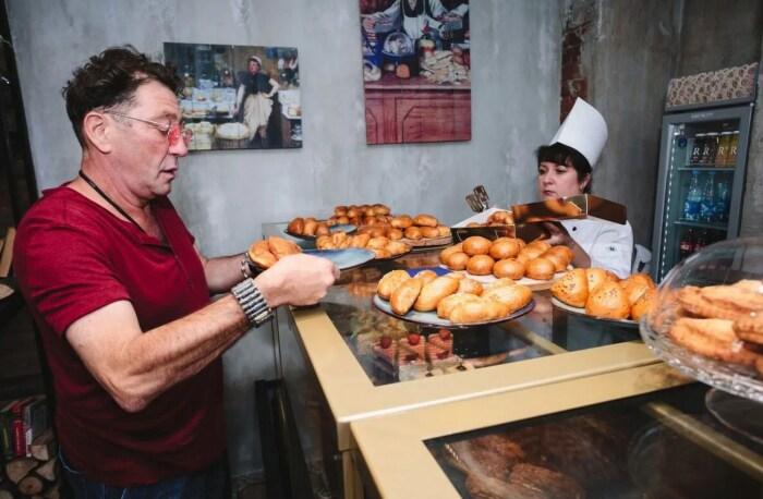 Григорий Лепс на открытии кулинарной лавки «Пироги». / Фото: www.obozrevatel.com