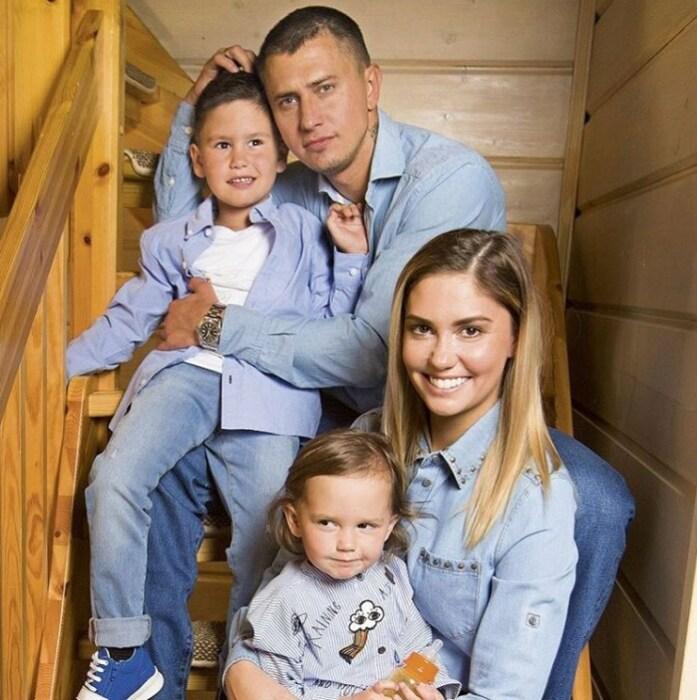 Агата Муцениеце и Павел Прилучный с детьми. / Фото: www.pinterest.ru
