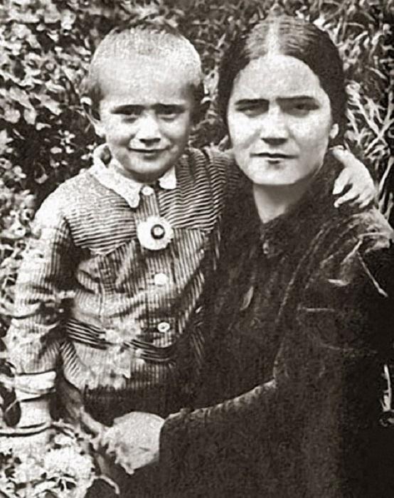 Армен Джигарханян с мамой Еленой Васильевной. / Фото: www.twimg.com