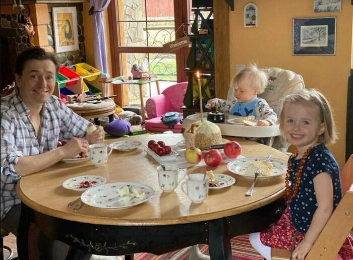 Сергей Безруков с детьми. / Фото: www.twimg.com
