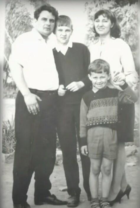 Николай Добрынин в детстве с родителями и старшим братом. / Фото: www.1tv.ru