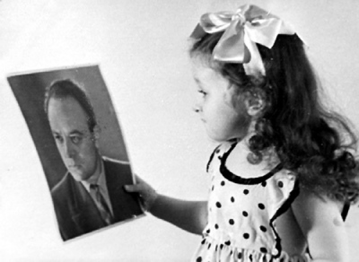 Валентина с портретом отца. / Фото: www.yandex.net