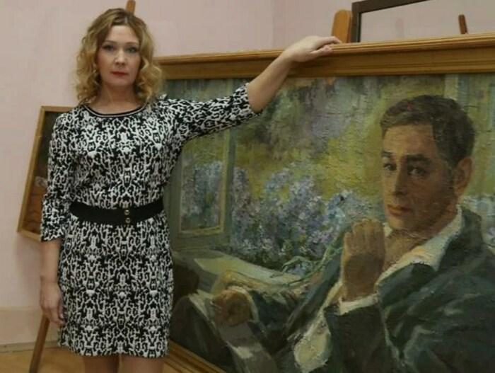 Анна Тихонова с портретом отца. / Фото: www.7days.ru