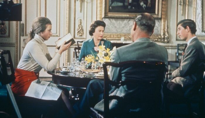 Королевская семья во время съёмок фильма. / Фото: www.hearstapps.com