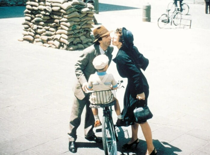 Кадр из фильма «Жизнь прекрасна». / Фото: www.kinopoisk.ru