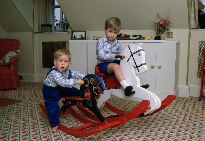 Принц Уильям и принц Гарри в детстве. / Фото: www.mabelandmoxie.com