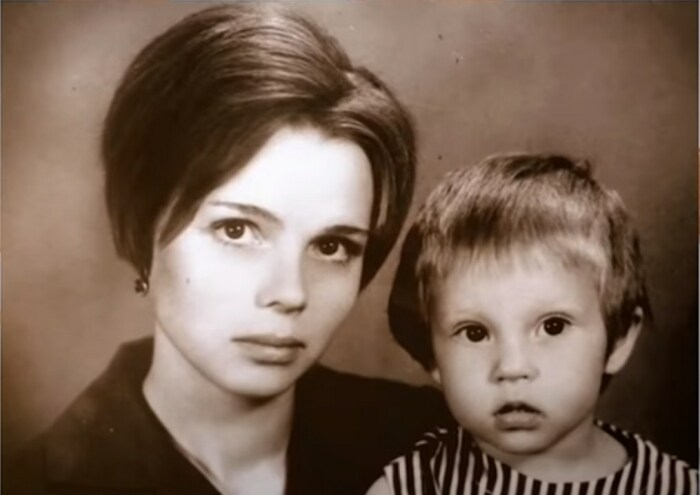 Галина Беляева в детстве с мамой. / Фото: www.smotrim.ru