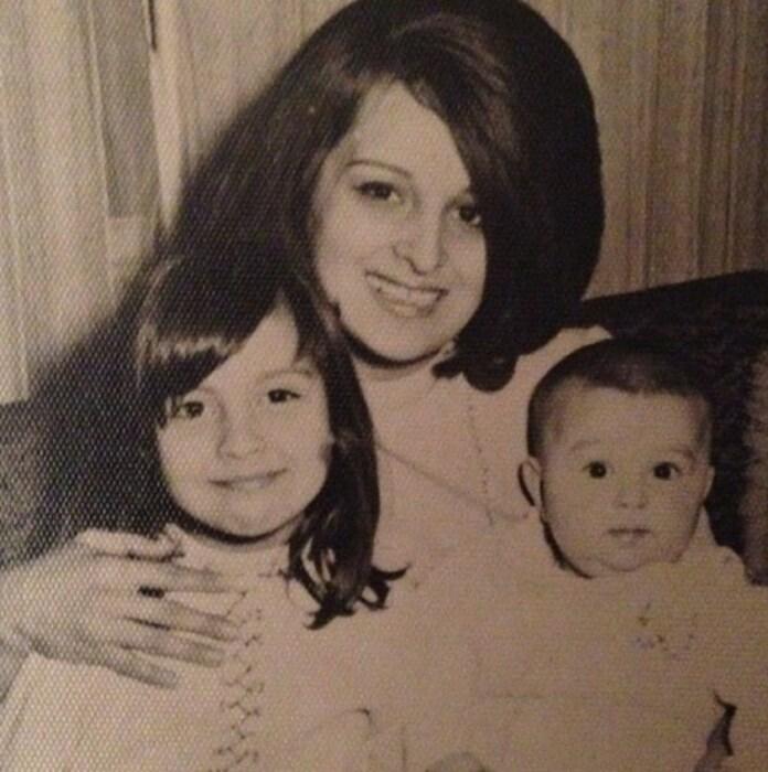 Айдан Шенер в детстве с мамой и братом. / Фото: www.instagram.com/aydannsener
