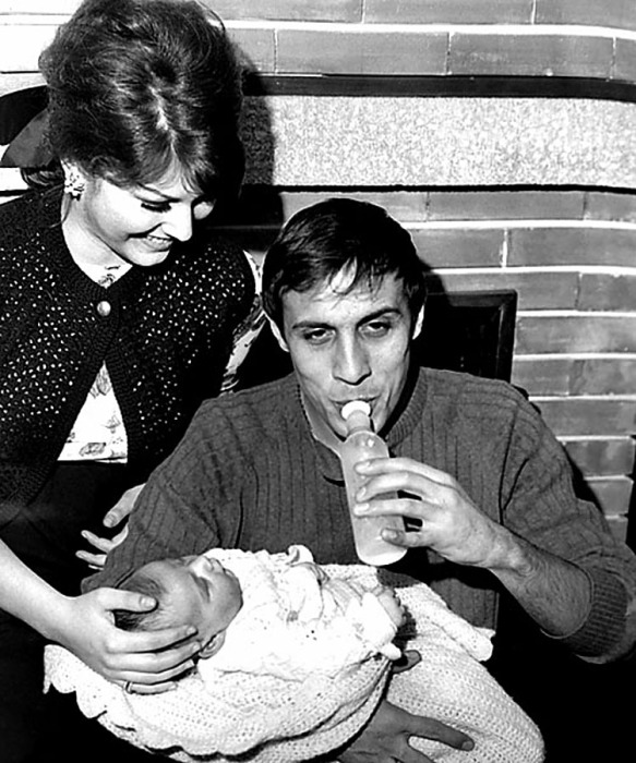 Адриано Челентано, Клаудия Мори и их дочь Розита. 1965 год. / Фото: www.rai.tv
