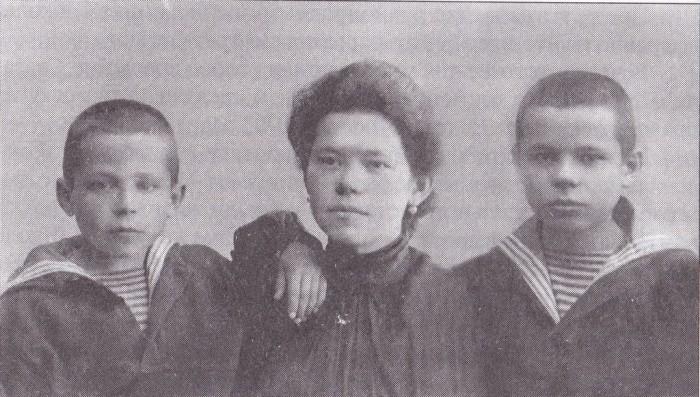 Гриша Пиньковский (слева) с сестрой Евгенией и братом Петром. / Фото: www.guardcrew.com