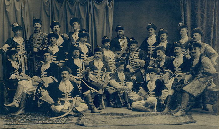 Группа офицеров на балу 1903 года. / Фото: www.wikimedia.org