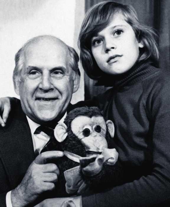 Варвара Владимирова с дедушкой Бруно Фрейндлих. / Фото: www.kioskplus.ru
